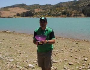 El primer campeón andaluz de Cebador posa con su trofeo en 'El Chorro'
