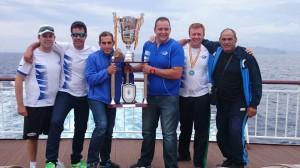 Los componentes de 'El Giraldillo' posando con el trofeo de campeón de España.