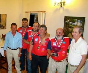 Luis Méndez, capitán del Isla Canela, recoge el trofeo de campeón. / JAR