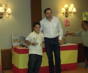 Juan Gil Pozuelo recoge el trofeo como tercer clasificado / fepyc